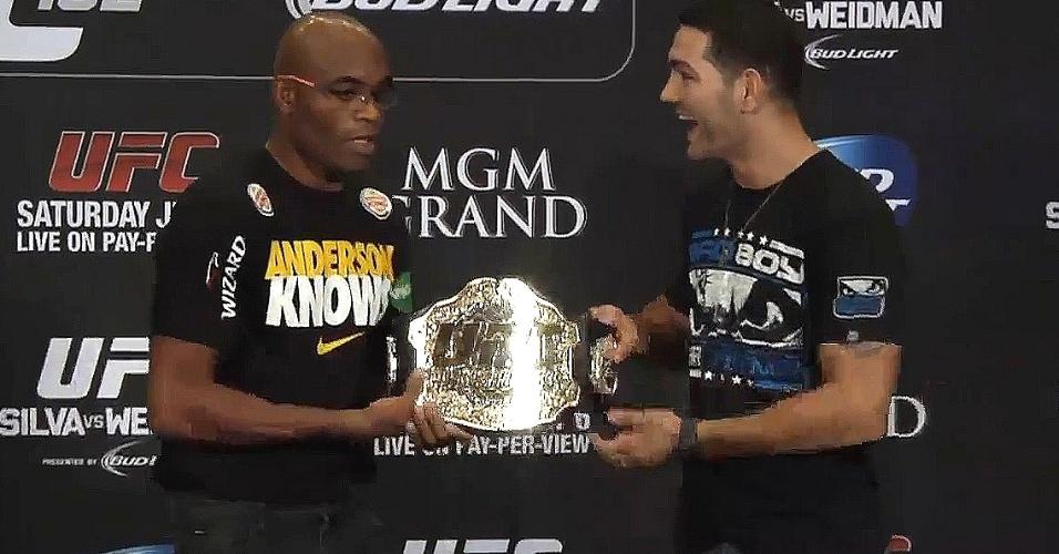 Anderson Silva deixa Chris Weidman segurar cinturão dos médios do UFC