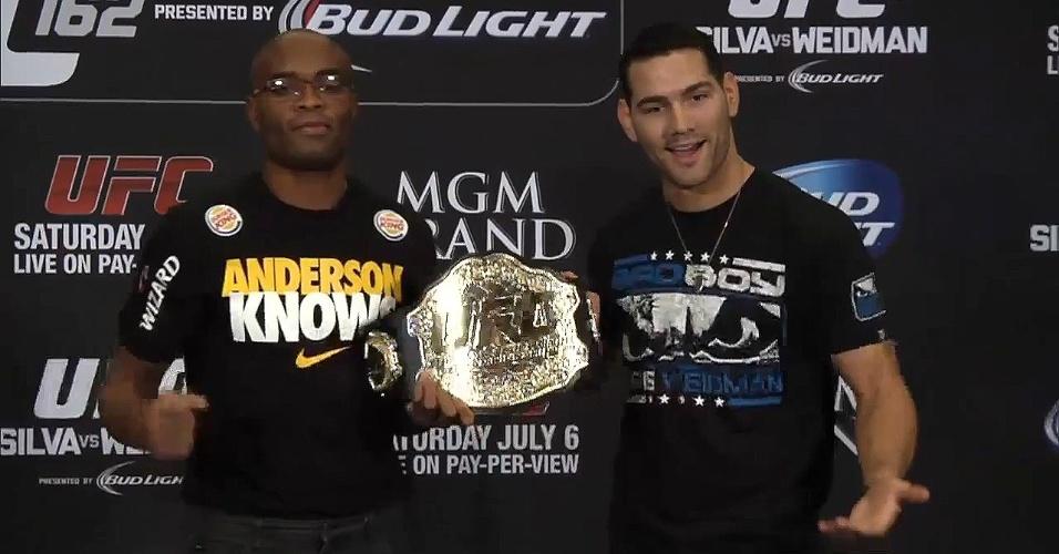 Chris Weidman estranha Anderson Silva tê-lo deixado segurar seu cinturão