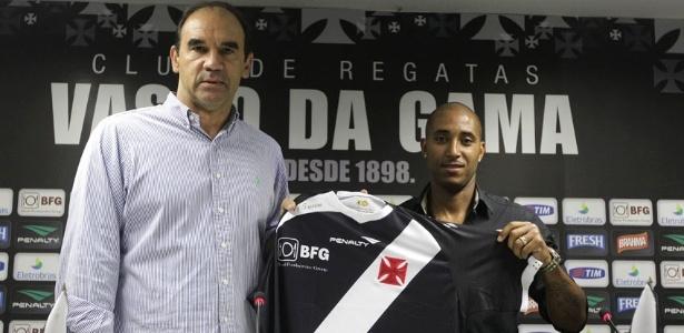 Reginaldo é apresentado no Vasco pelo diretor executivo Ricardo Gomes (04/07/2013)