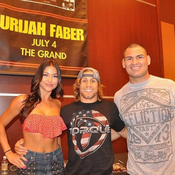 04.jul.2013 - Arianny Celeste, Urijah Faber e Cain Velasquez participam de evento com fãs em Las Vegas