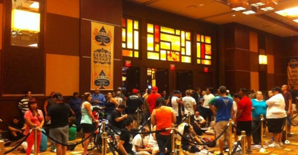 04.jul.2013 - Fãs fazem fila para participar de evento com Arianny Celeste, Cain Velasquez e Urijah Faber em Las Vegas