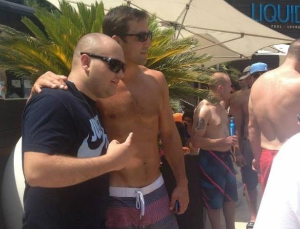 04.jul.2013 - Luke Rockhold posa para foto com fã durante festa do UFC na piscina em Las Vegas