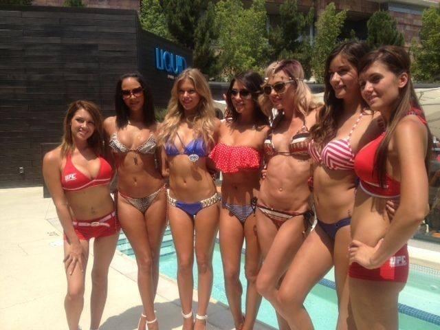 04.jul.2013 - Ring girls Kenda Perez, Chrissy Blair, Arianny Celeste, Rachelle Leah e Vanessa Hanson participam de festa do UFC na piscina