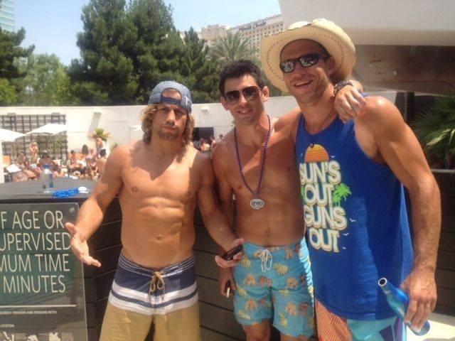 04.jul.2013 - Urijah Faber, Dominick Cruz e Donald Cerrone posam para fotos durante festa do UFC na piscina