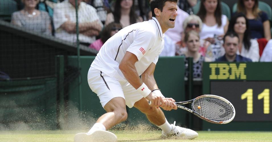 05.jul.2013 - Novak Djokovic 'desliza' na quadra durante semifinal de Wimbledon contra Juan Martin del Potro