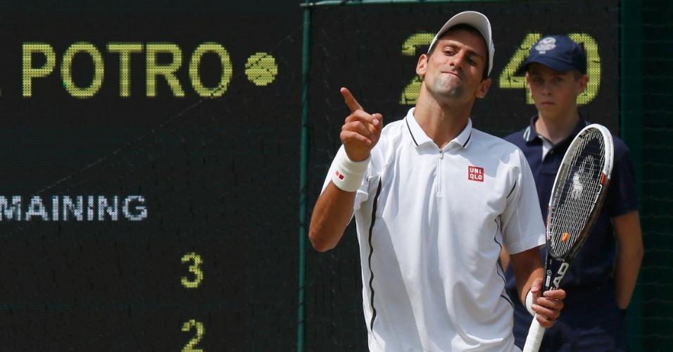 05.jul.2013 - Novak Djokovic gesticula durante a partida contra Juan Martin del Potro pelas semifinais de Wimbledon