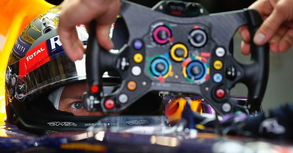 05.jul.2013 - Sebastian Vettel se prepara para ir à pista durante o primeiro treino livre para o GP da Alemanha