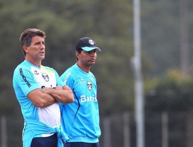 Renato Gaúcho conversa com o preparador físico Alexandre Mendes em treino do Grêmio