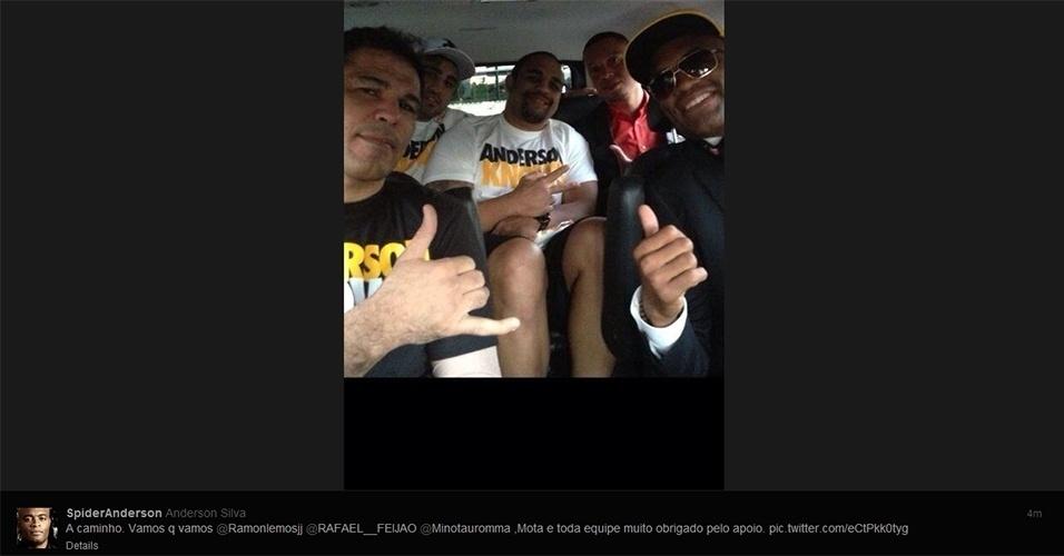 06.jul.2013 - Anderson Silva posta foto a caminho da MGM Grand Arena, em Las Vegas, para o UFC 162
