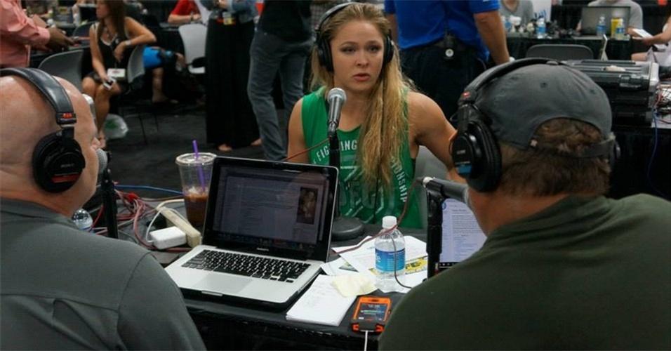 06.jul.2013 - Campeã do peso galo feminino, Ronda Rousey dá entrevista durante a UFC Fan Expo, realizada em Las Vegas antes do UFC 162