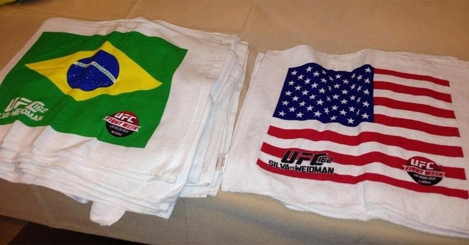 06.jul.2013 - Detalhe das toalhas com as bandeiras de Brasil e Estados Unidos que serão distribuídas ao público no UFC 162, que terá o duelo entre o brasileiro Anderson Silva e o norte-americano Chris Weidman