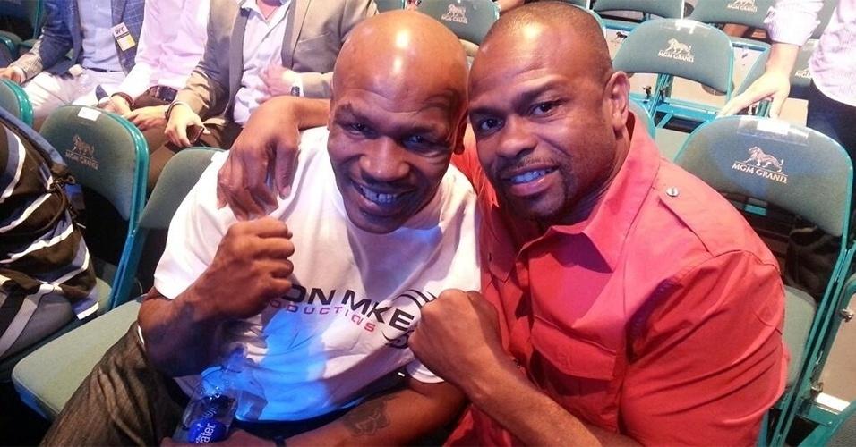 06.jul.2013 - Durante o UFC 162, Mike Tyson posa ao lado do pugilista Roy Jones Jr., que está cotado para enfrentar Anderson Silva no futuro