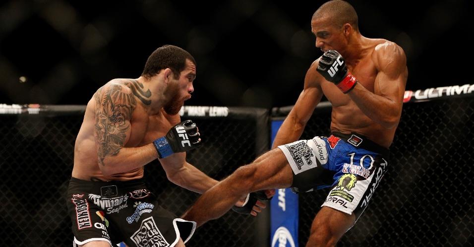 06.jul.2013 - Edson Barboza (d) acerta chute em Rafaello Trator durante vitória por nocaute técnico no UFC 162