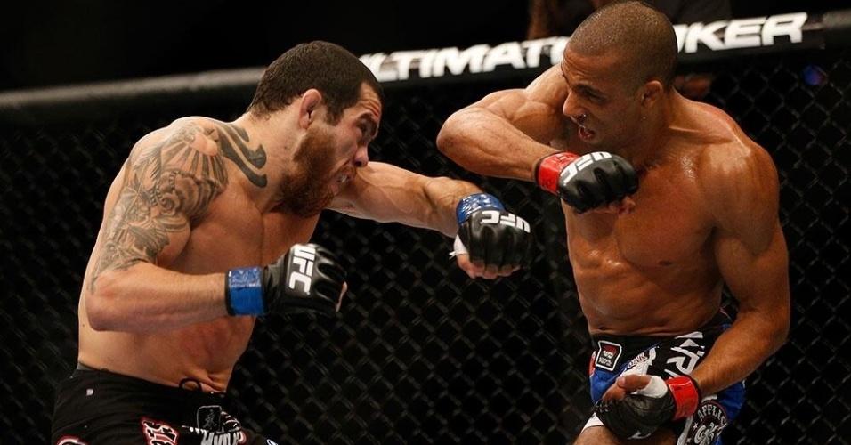 06.jul.2013 - Edson Barboza troca socos com Rafaello Trator durante vitória por nocaute técnico no UFC 162