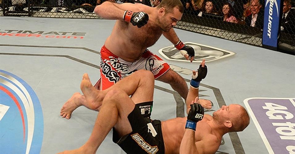 06.jul.2013 - Gabriel Napão prepara soco em Dave Herman; brasileiro nocauteou o rival em 17 segundos no UFC 162