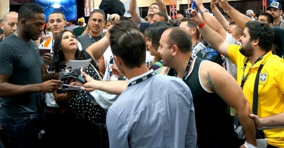 06.jul.2013 - Jon Jones é cercado por fãs durante a UFC Fan Expo, realizada em Las Vegas antes do UFC 162