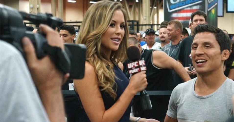 06.jul.2013 - Ring girl Brittney Palmer entrevista o peso mosca Joseph Benavidez durante a UFC Fan Expo, realizada em Las Vegas antes do UFC 162