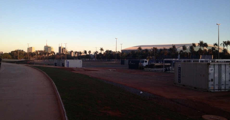 06.jul.2013 - Apesar de estar oficialmente inaugurado há quase dois meses, estádio Mané Garrincha, em Brasília, ainda tem canteiros de obras e equipamentos em seus entornos