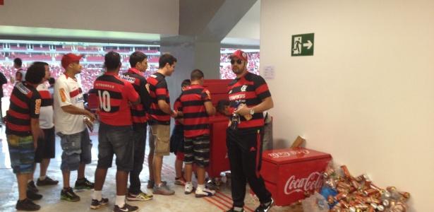 Bar improvisado em corredor interno no estádio Mané Garrincha, em Brasília: fim da cerveja (06.jul.2013)
