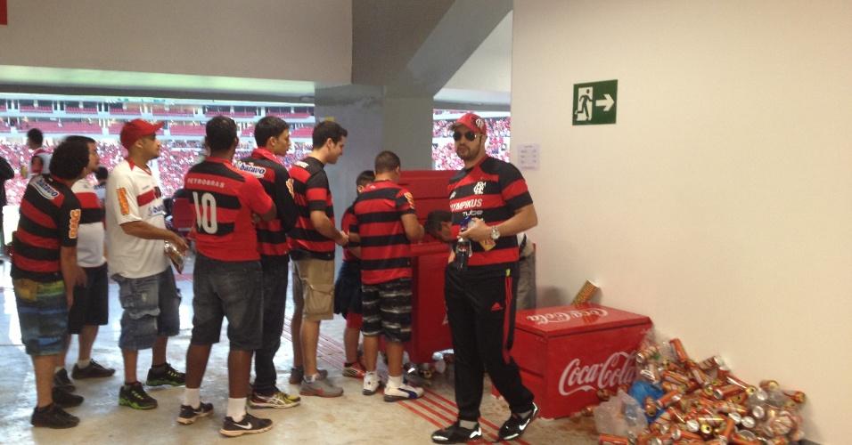 06.jul.2013 - Bar improvisado em corredor interno no estádio Mané Garrincha, em Brasília