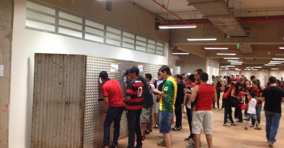 06.jul.2013 - Caixa de lanchonete improvisado com tapumes dentro do estádio Mané Garrincha, em Brasília