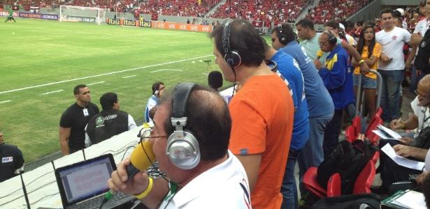 Locutores narram o jogo entre Flamengo e Coritiba, no Mané Garrincha em Brasília, da arquibancada