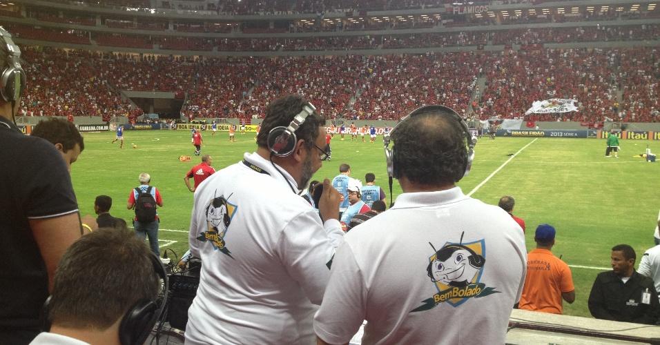 06.jul.2013 - Locutores narram o jogo entre Flamengo e Coritiba, no Mané Garrincha em Brasília, da arquibancada