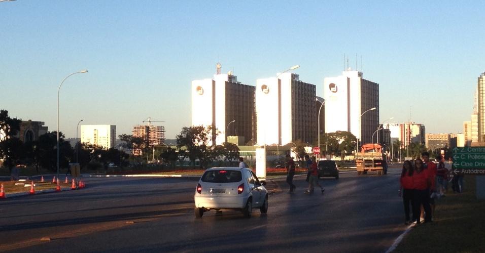 06.jul.2013 - Torcedores se arriscam no meio do trânsito para chegar ao estádio Mané Garrincha, em Brasília