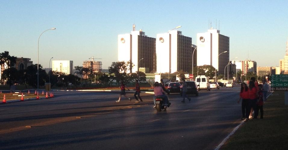 06.jul.2013 -06.jul.2013 - Torcedores se arriscam no meio do trânsito para chegar ao estádio Mané Garrincha, em Brasília