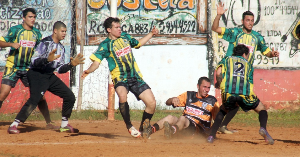 Biqueira (de verde) e Ouro Negro se enfrentaram neste sábado pela Copa Kaiser