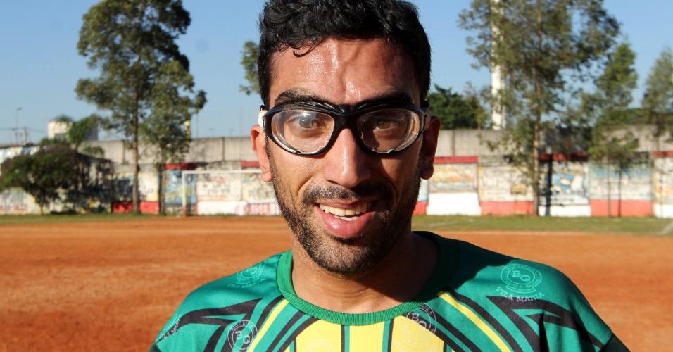 Caio, jogador do Biqueira, usa óculos de grau durante as partidas da sua equipe na série B da Copa Kaiser