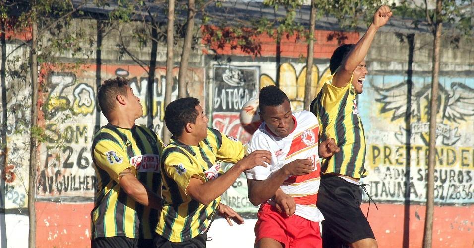Estrela Vermelha (de branco) e Capim Maluco se enfrentaram neste sábado pela Copa Kaiser