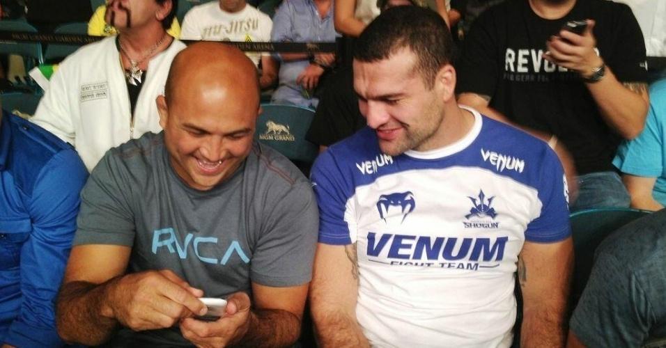 06.jul.2013 - Brasileiro Mauricio Shogun (d) conversa com BJ Penn durante o UFC 162