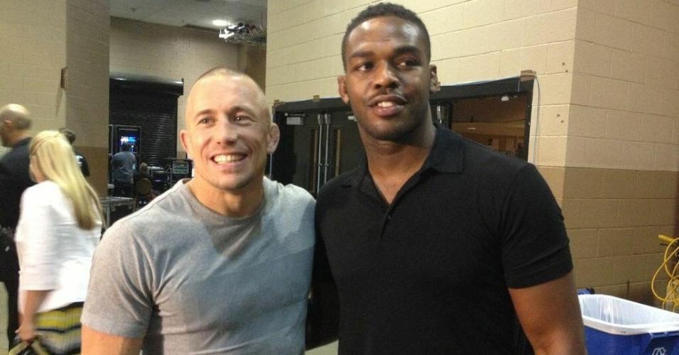 06.jul.2013 - Campeão dos meio-médios do UFC, Georges St-Pierre (e), posa ao lado do detentor do título dos meio-pesados, Jon Jones, durante o UFC 162