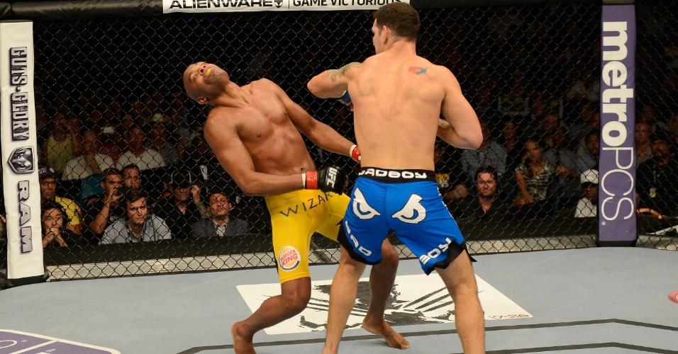 06.jul.2013 - Chris Weidman acerta Anderson Silva e nocauteia o brasileiro no segundo round na luta principal do UFC 162