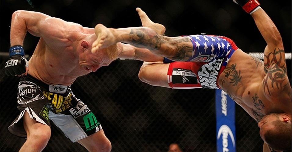 06.jul.2013 - Cub Swanson averta golpe acrobático durante vitória por nocaute sobre Dennis Siver no UFC 162