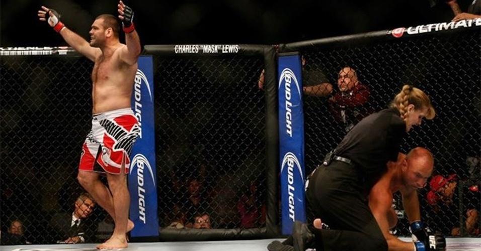 06.jul.2013 - Gabriel Napão comemora vitória sobre Dave Herman; brasileiro nocauteou o rival em 17 segundos no UFC 162