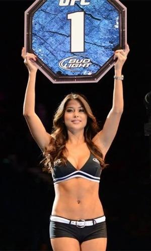 06.jul.2013 - Ring girl Arianny Celeste anuncia luta durante o UFC 162