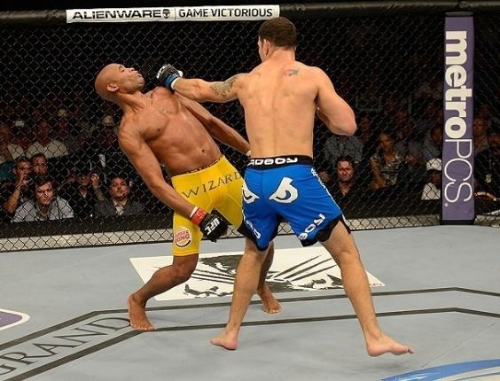 06.jul.2013 - Anderson Silva cai no chão após levar golpe no queixo de Chris Weidman