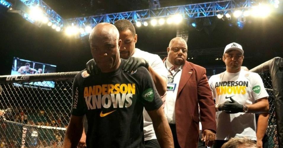 06.jul.2013 - Anderson Silva deixa o octógono após perder o título dos médios do UFC