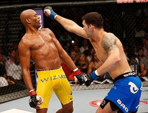 06.jul.2013 - Anderson Silva desvia de golpe de Chris Weidman