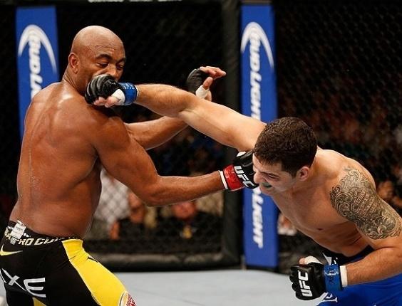 06.jul.2013 - Anderson Silva é acertado por Chris Weidman enquanto provoca o rival