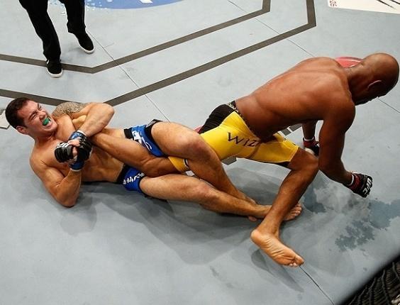 06.jul.2013 - Anderson Silva e Chris Weidman lutam no chão durante o combate pelo cinturão dos médios do UFC