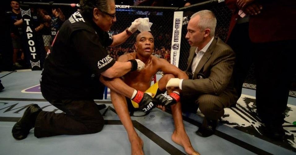 06.jul.2013 - Anderson Silva é tratado por sua equipe após ser nocauteado por Weidman