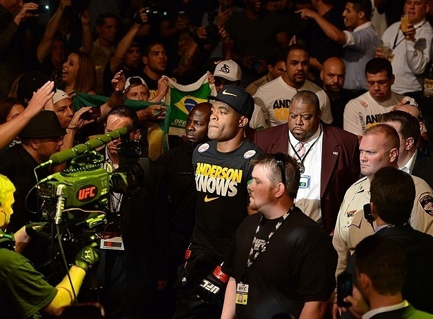 06.jul.2013 - Anderson Silva entra no octógono para a luta contra Chris Weidman