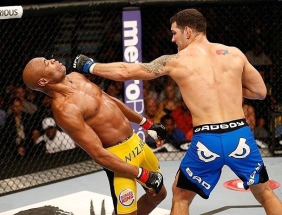 06.jul.2013 - Anderson Silva leva golpe no queixo de Chris Weidman