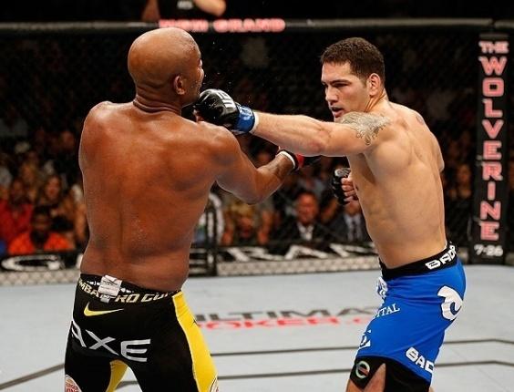 06.jul.2013 - Anderson Silva leva golpe no queixo de Chris Weidman e é nocaueado