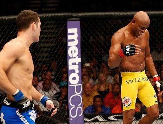 06.jul.2013 - Anderson Silva provoca Chris Weidman durante o combate em que perdeu o cinturão dos médios