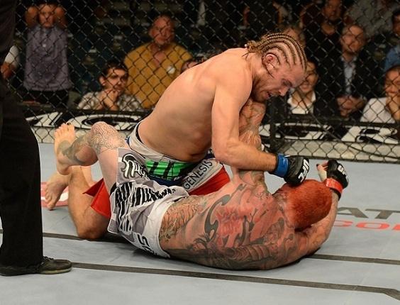 06.jul.2013 - Andrew Craig acerta socos em Chris Leben durante combate no UFC 162