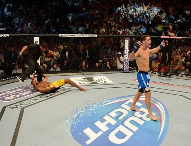 06.jul.2013 - Chris Weidman comemora após nocautear Anderson Silva e tirar do brasileiro o cinturão dos pesos médios